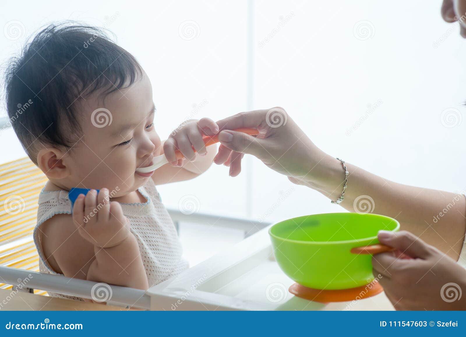 Ребенок матери подавая