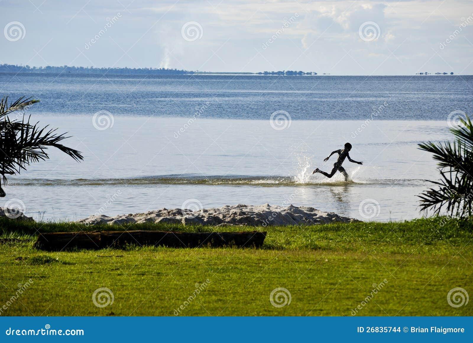 Ребенок на озере Виктория