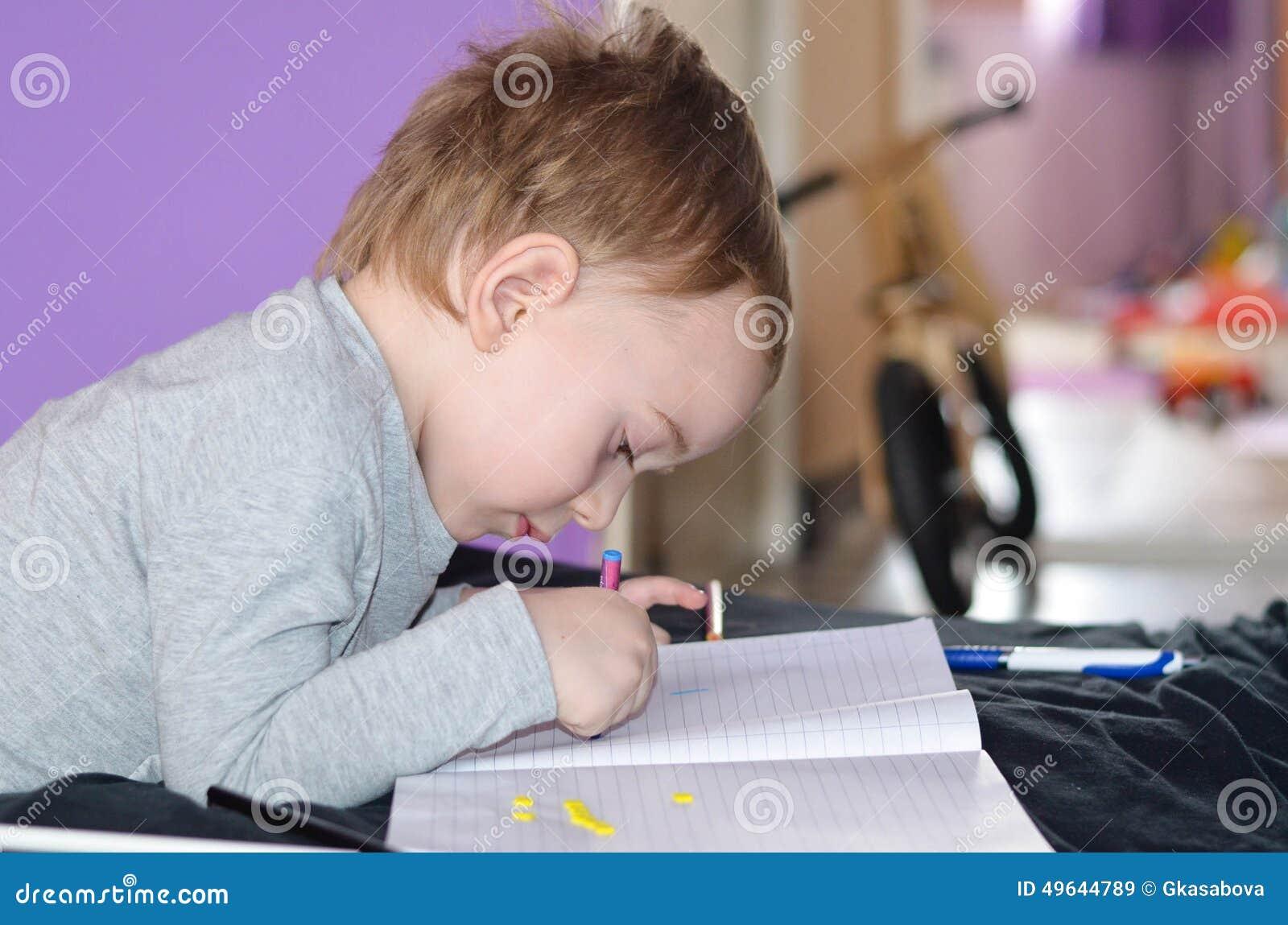 Ребенок рисуя дома