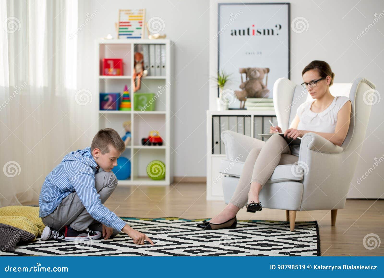 Ребенок сидит на ковре