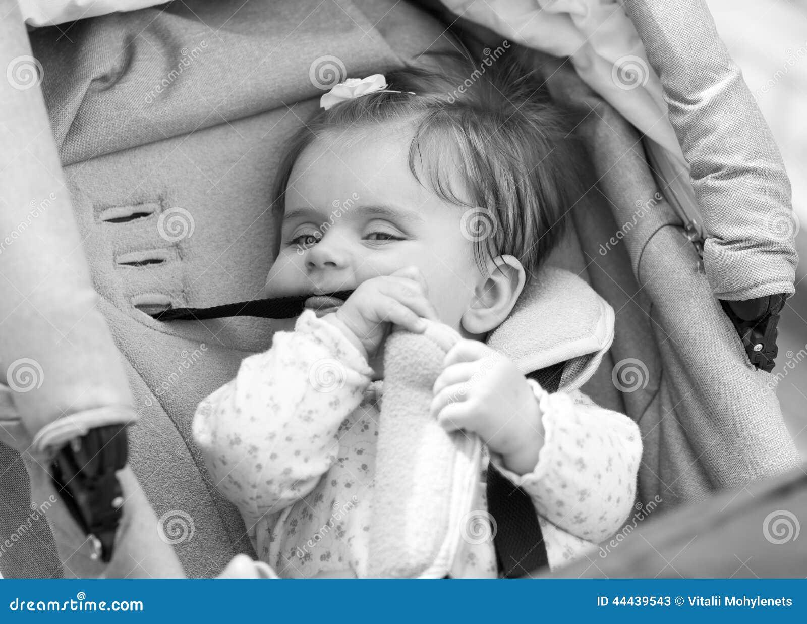 Ребенок сидит в экипаже