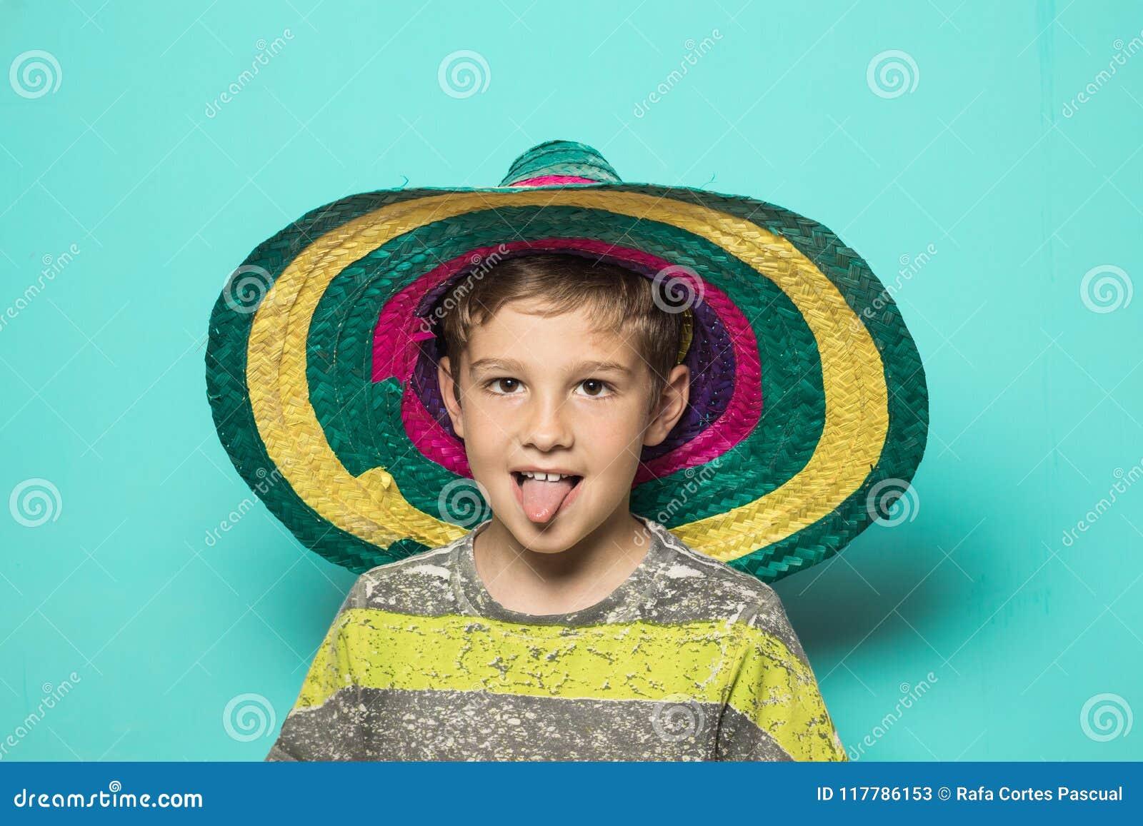 Ребенок с мексиканской шляпой