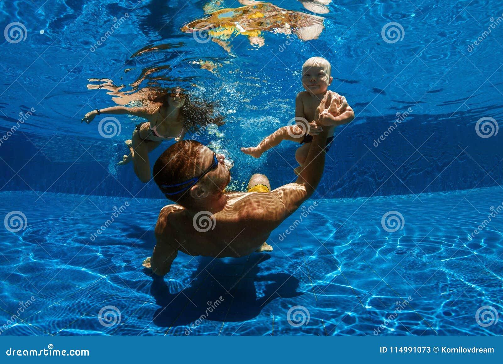 ребенок учит swim к