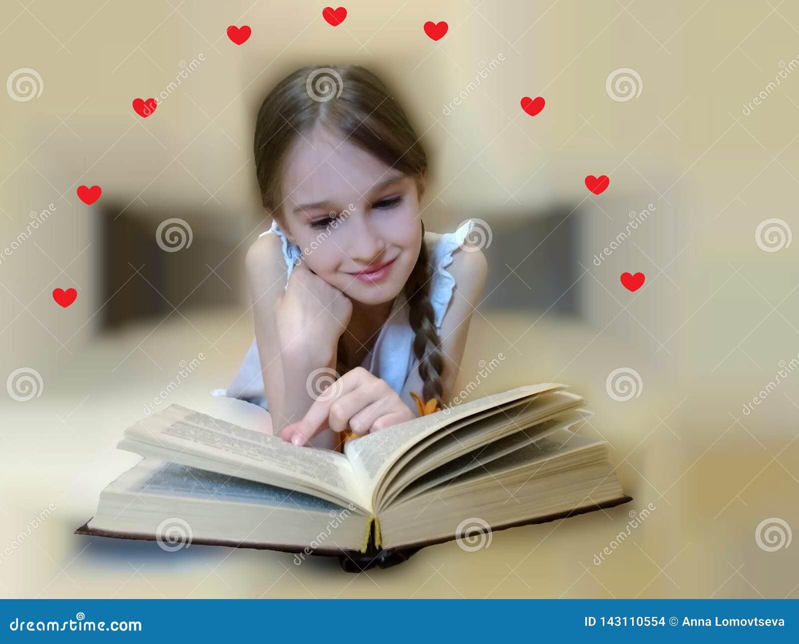 Ребенок читает роман