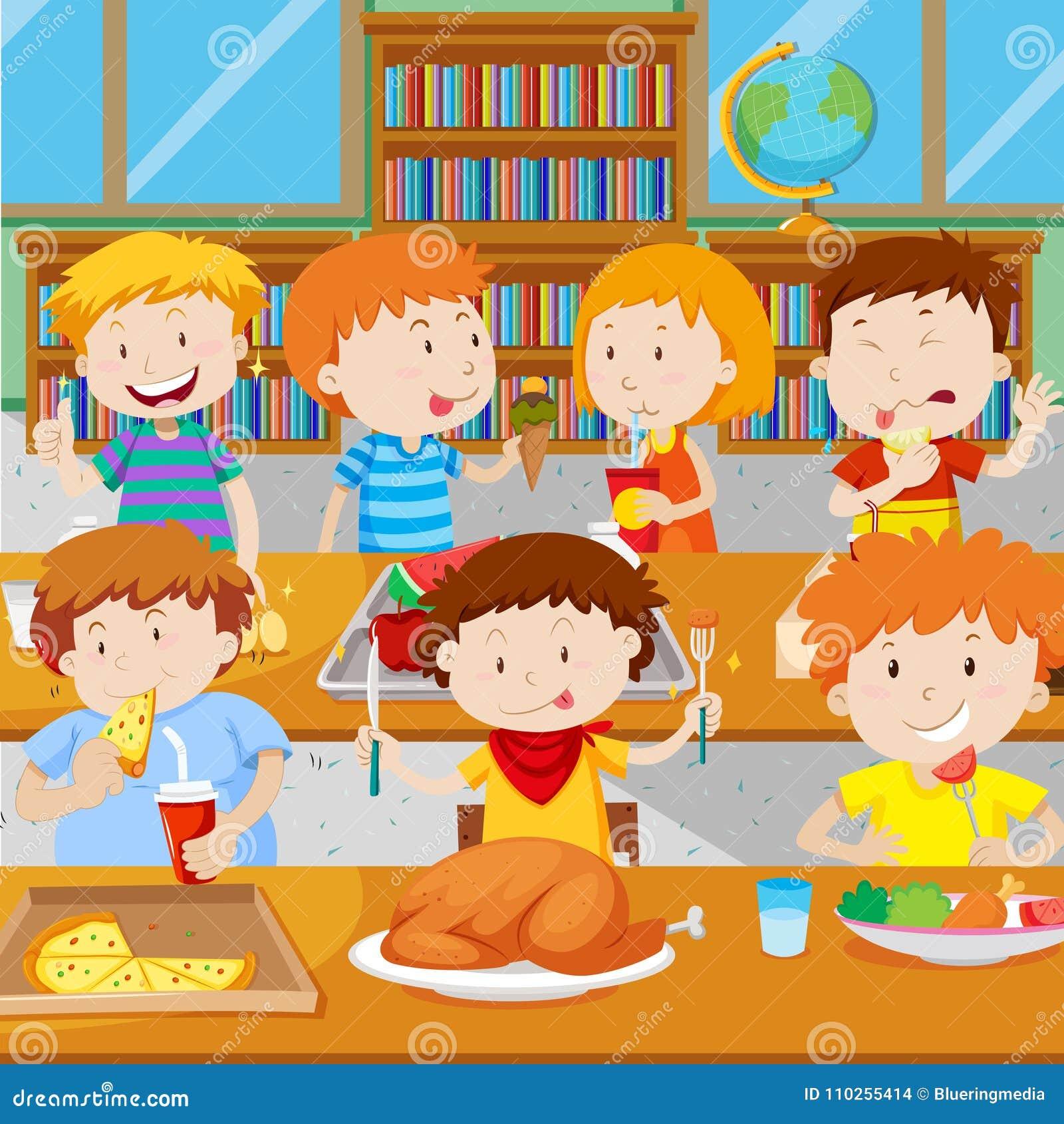Ребеята школьного возраста имея обед в буфете