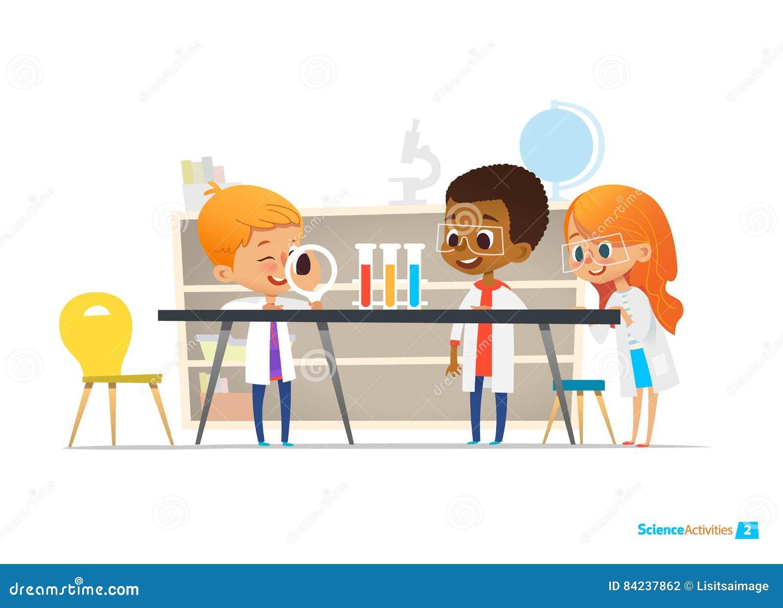 Ребеята школьного возраста в одежде лаборатории и защитных стеклах проводят научный эксперимент с химикатами в лаборатории химии