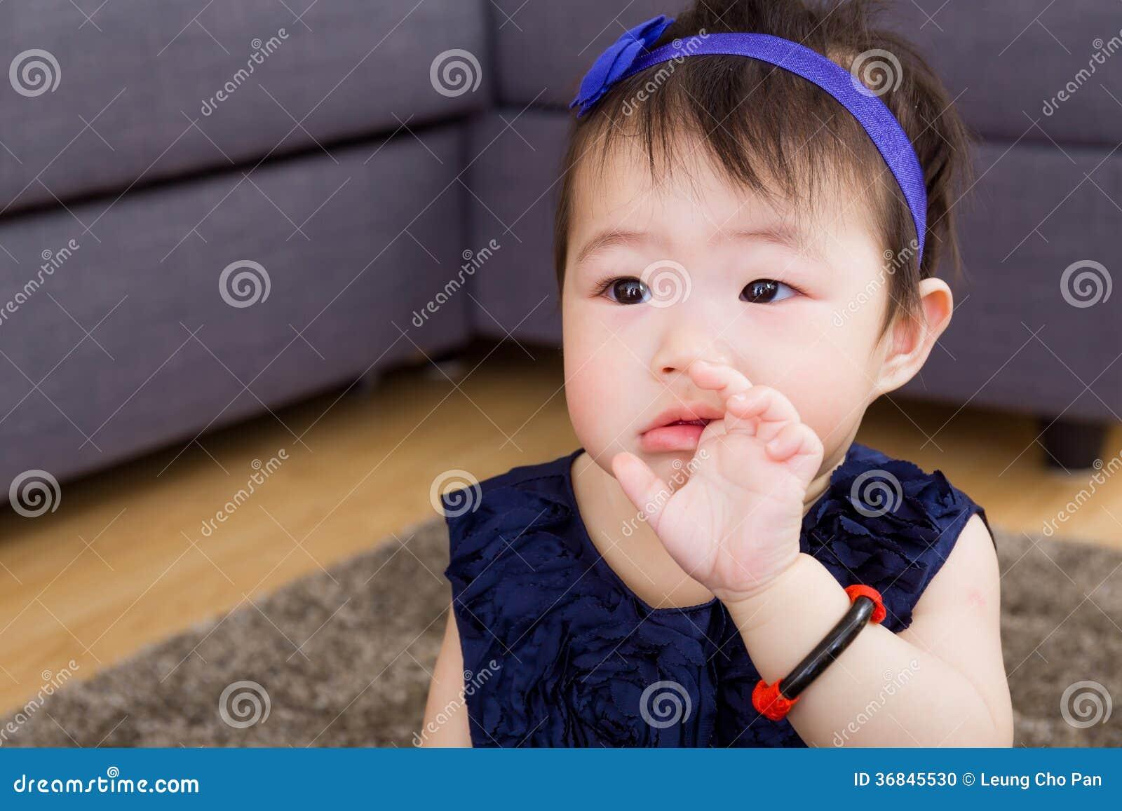 Ребёнок всасывая палец