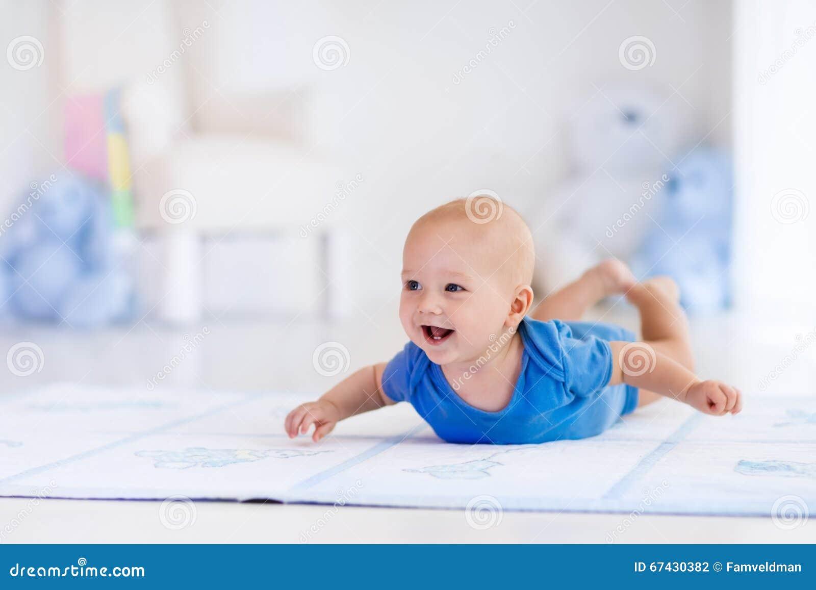 Ребёнок в белом питомнике