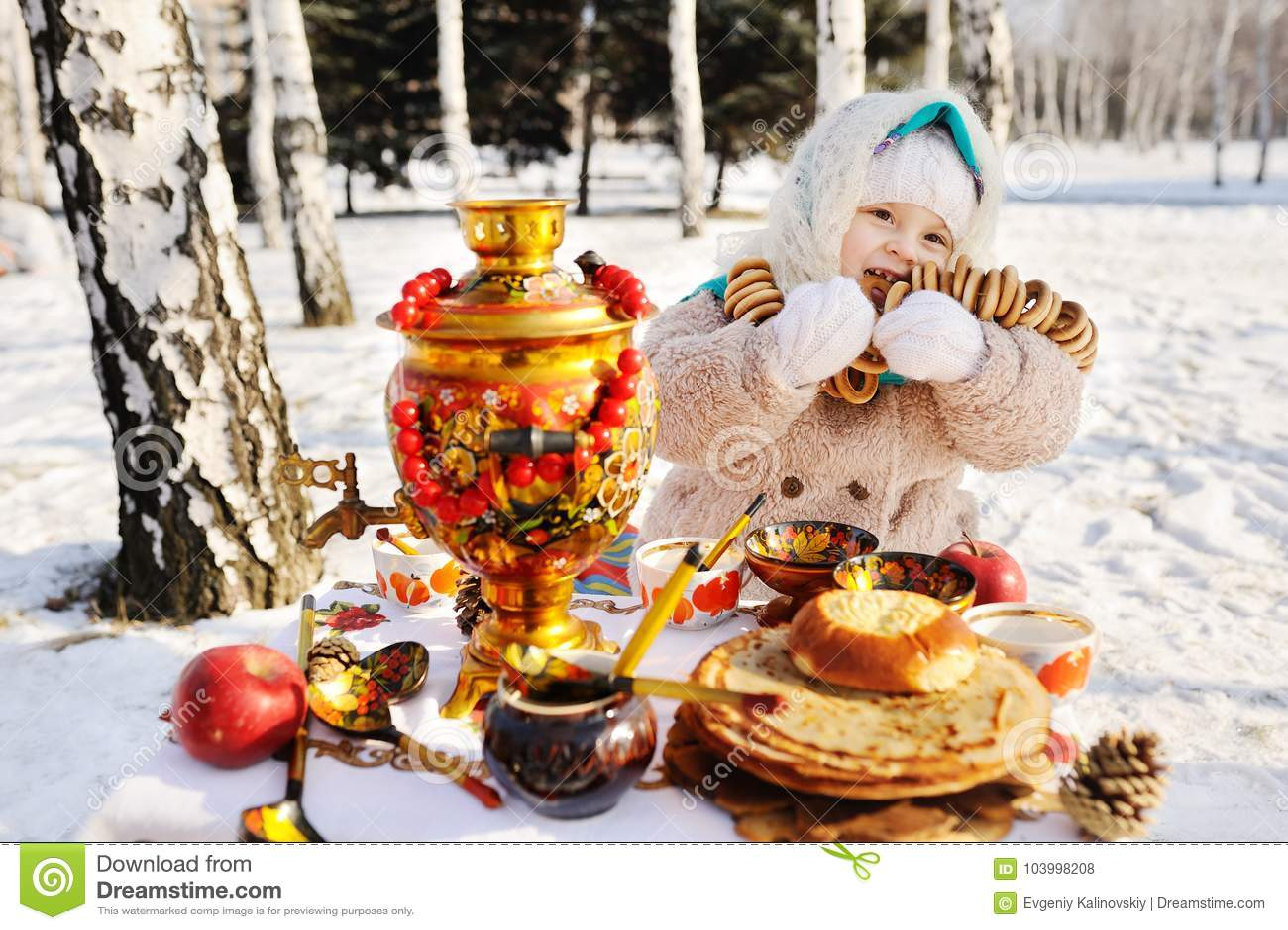 Ребёнок в пальто и головной платок в русском самоваре в ба