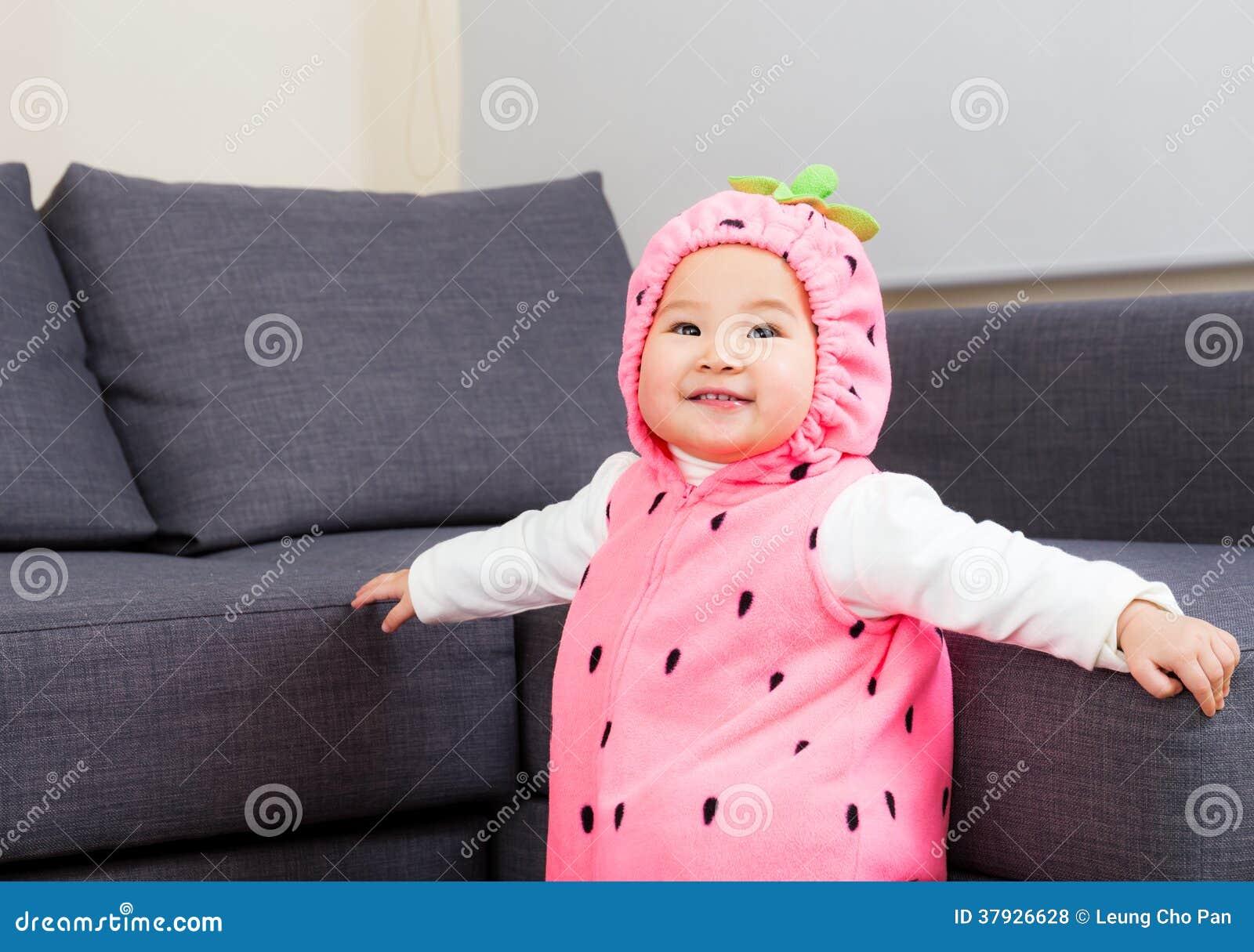 Ребёнок одетый в костюме клубники