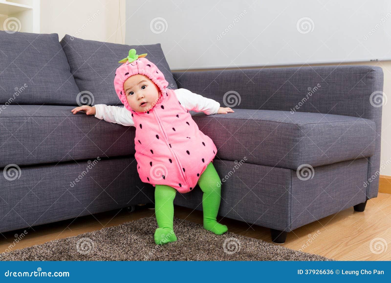 Ребёнок с костюмом клубники