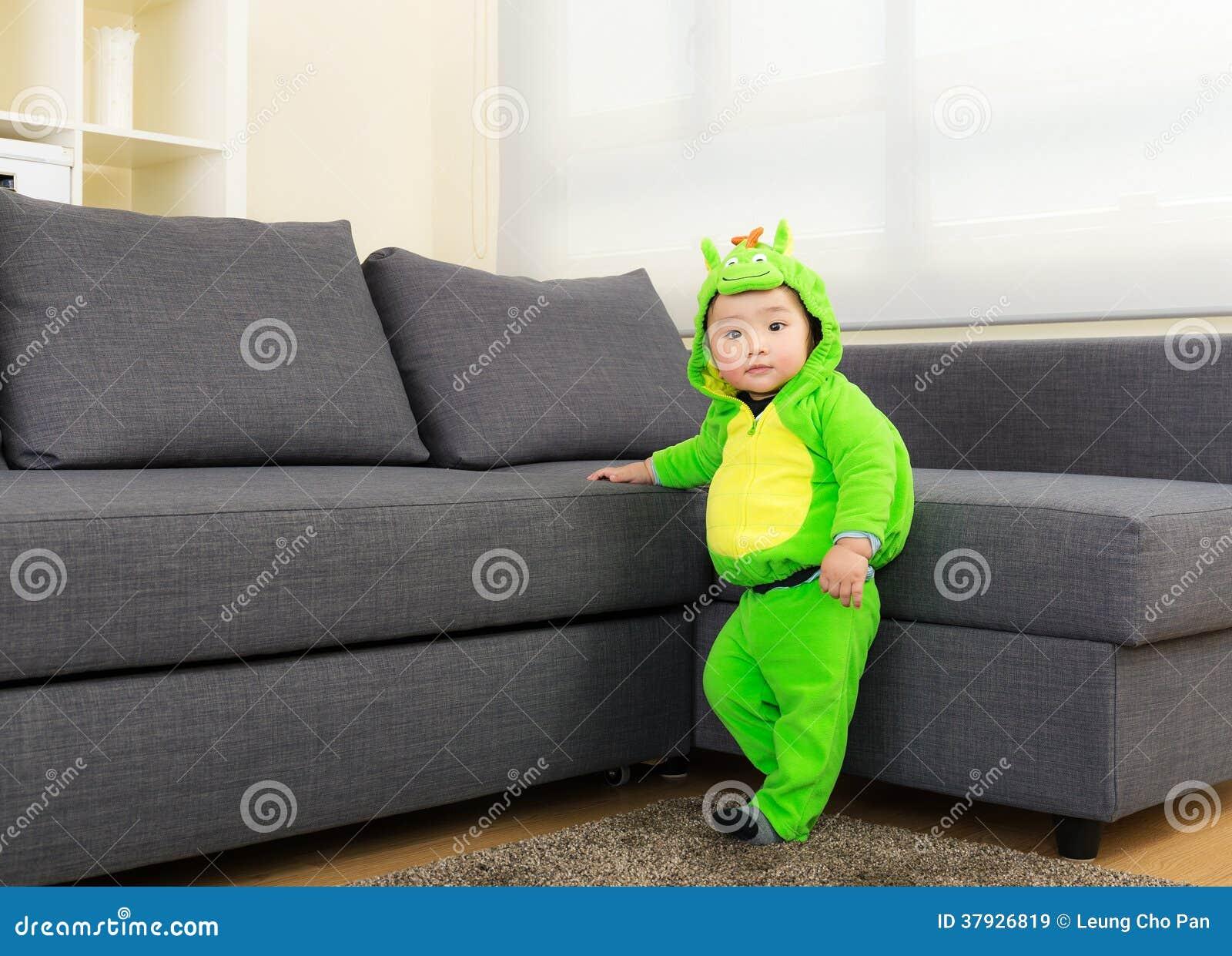 Ребёнок с костюмом партии хеллоуина