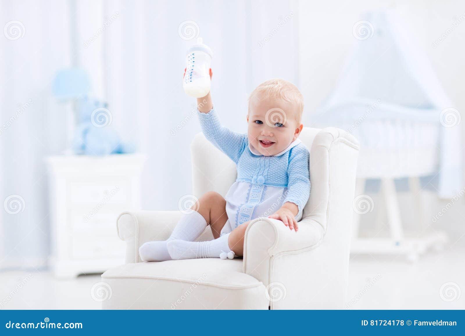 Ребёнок с питьевым молоком или формулой бутылки
