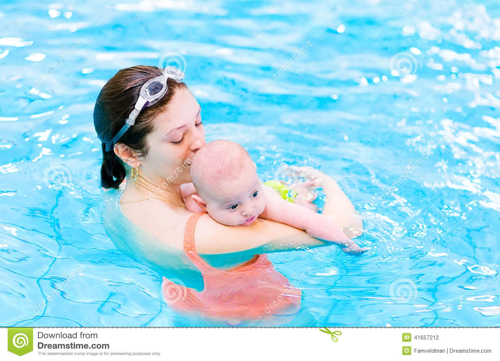 Ребёнок Litlte в бассейне с его матерью