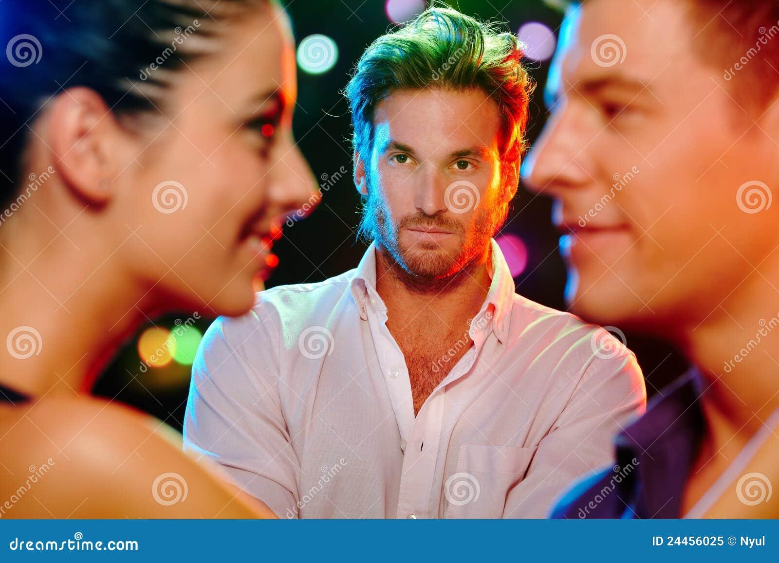 Ревнивый человек смотря flirting пар