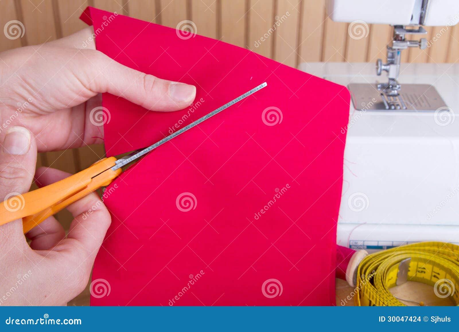 Резать вне ткань с ножницами