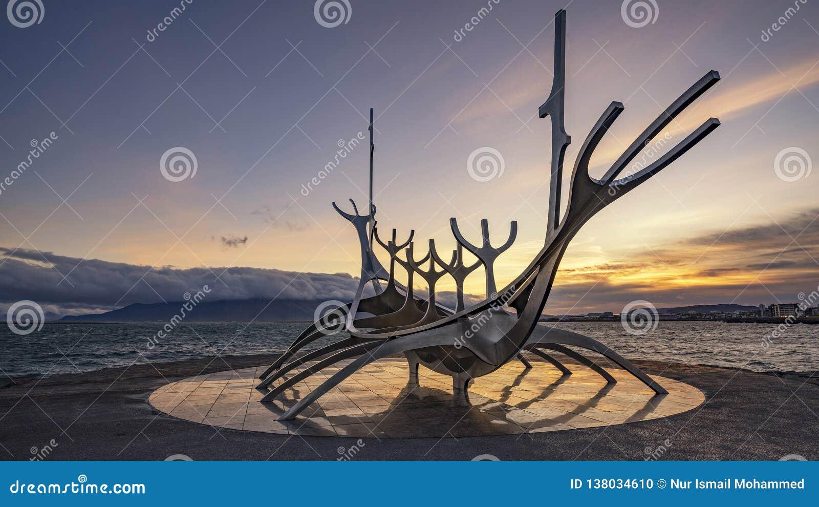 Рейкявик, ИСЛАНДИЯ - 19-ое сентября 2018: Восход солнца на иконической скульптуре Voyager Солнца в Рейкявике, Исландии