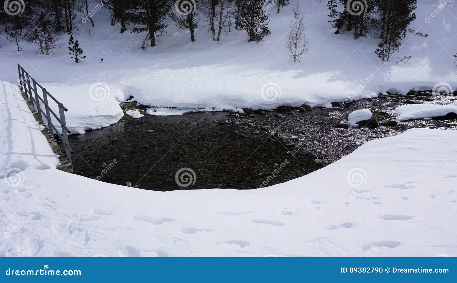 Река внутри с снегом