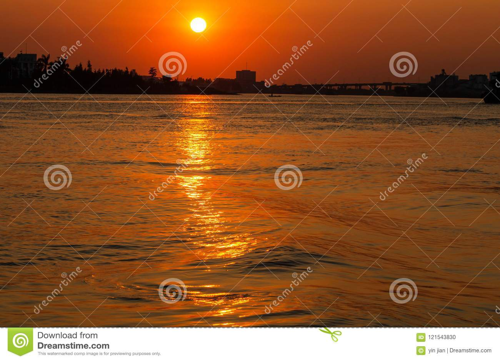 Река в заходе солнца