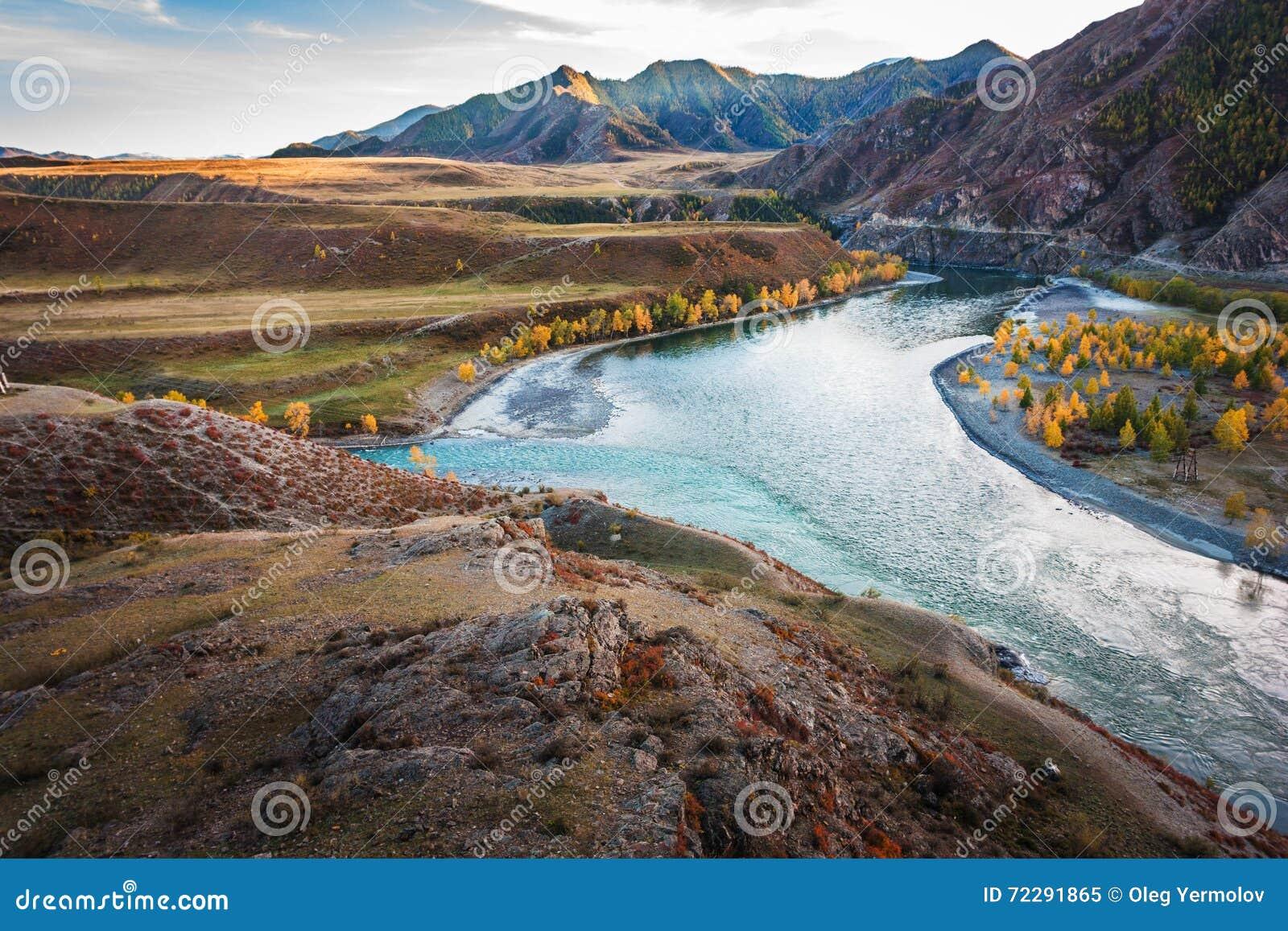 Download Река горы с утесами стоковое изображение. изображение насчитывающей небо - 72291865