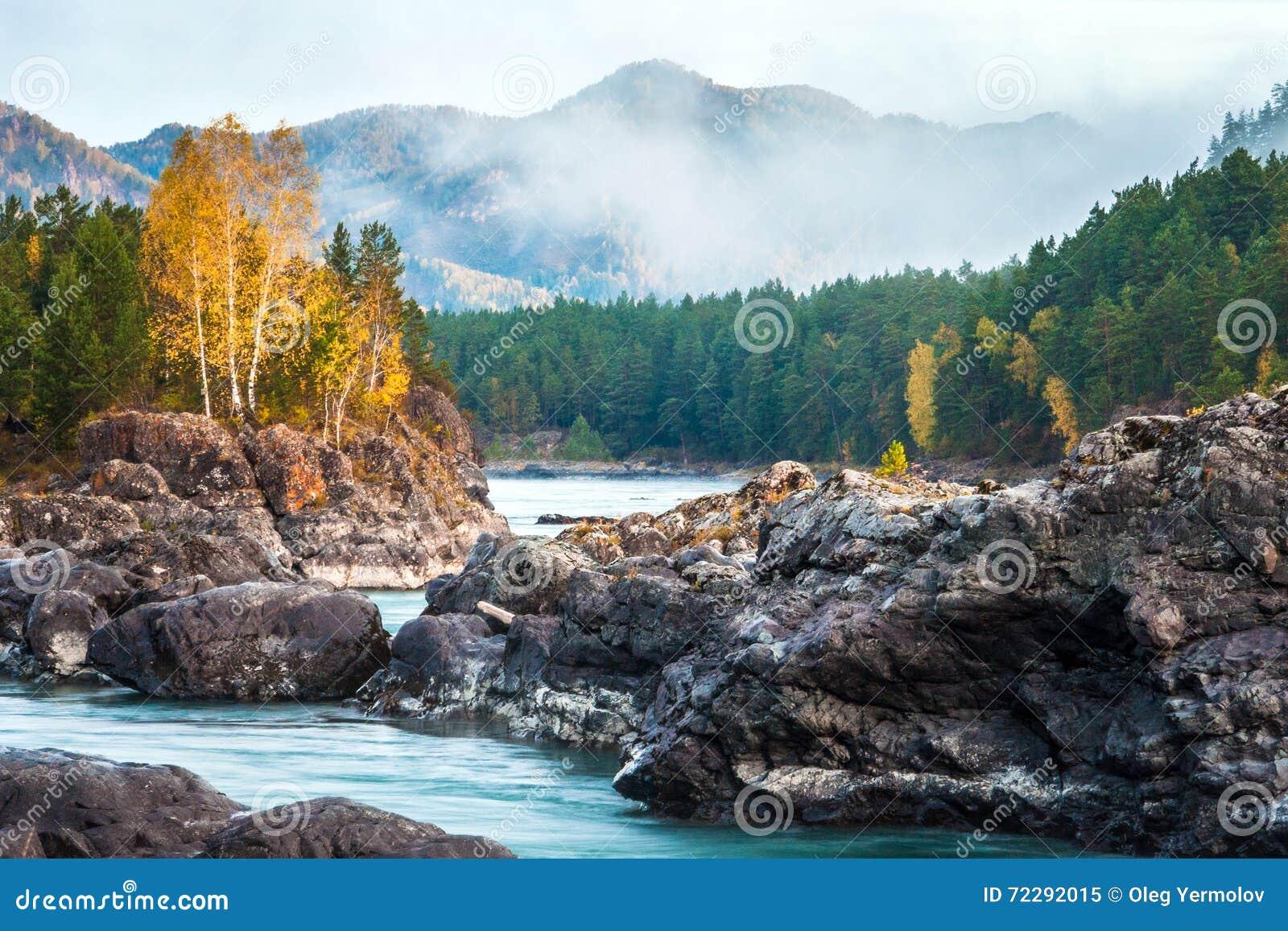 Download Река горы с утесами стоковое изображение. изображение насчитывающей горы - 72292015