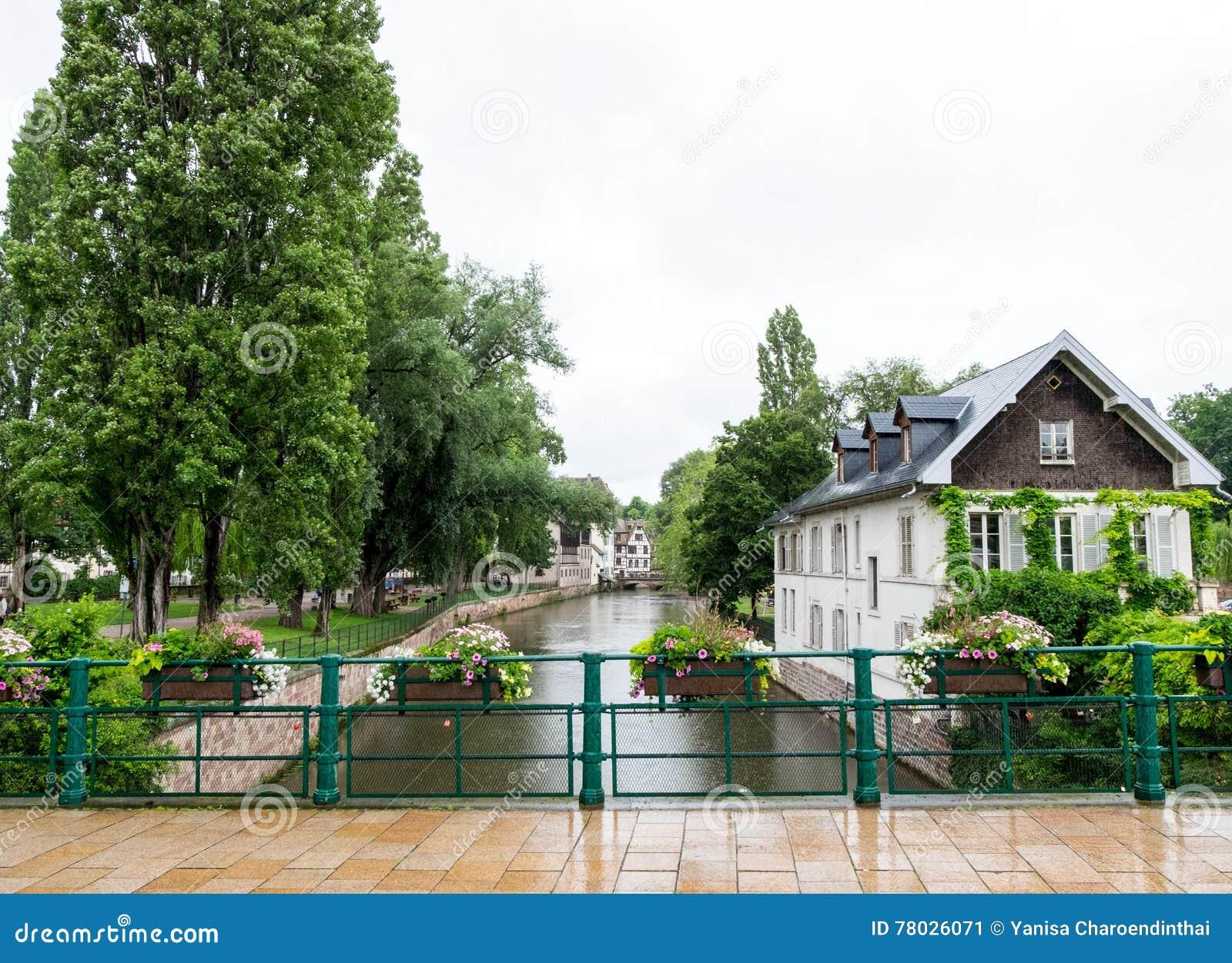 Река и дома в маленькой Франции, страсбурге