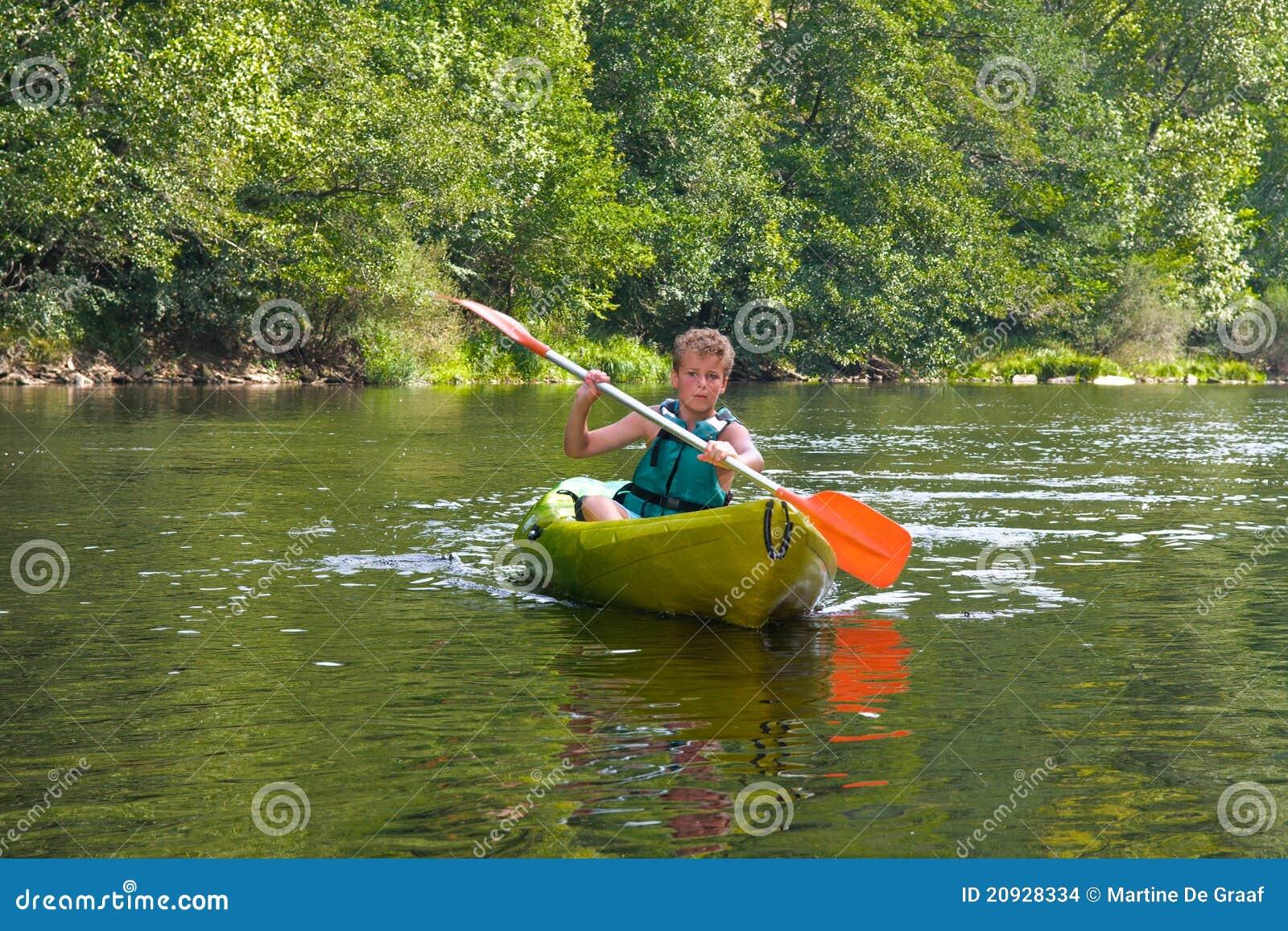 река мальчика canoeing