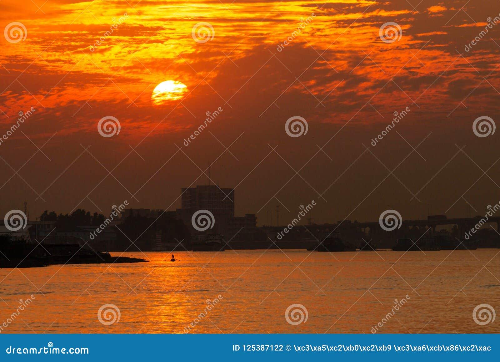 Река на заходе солнца