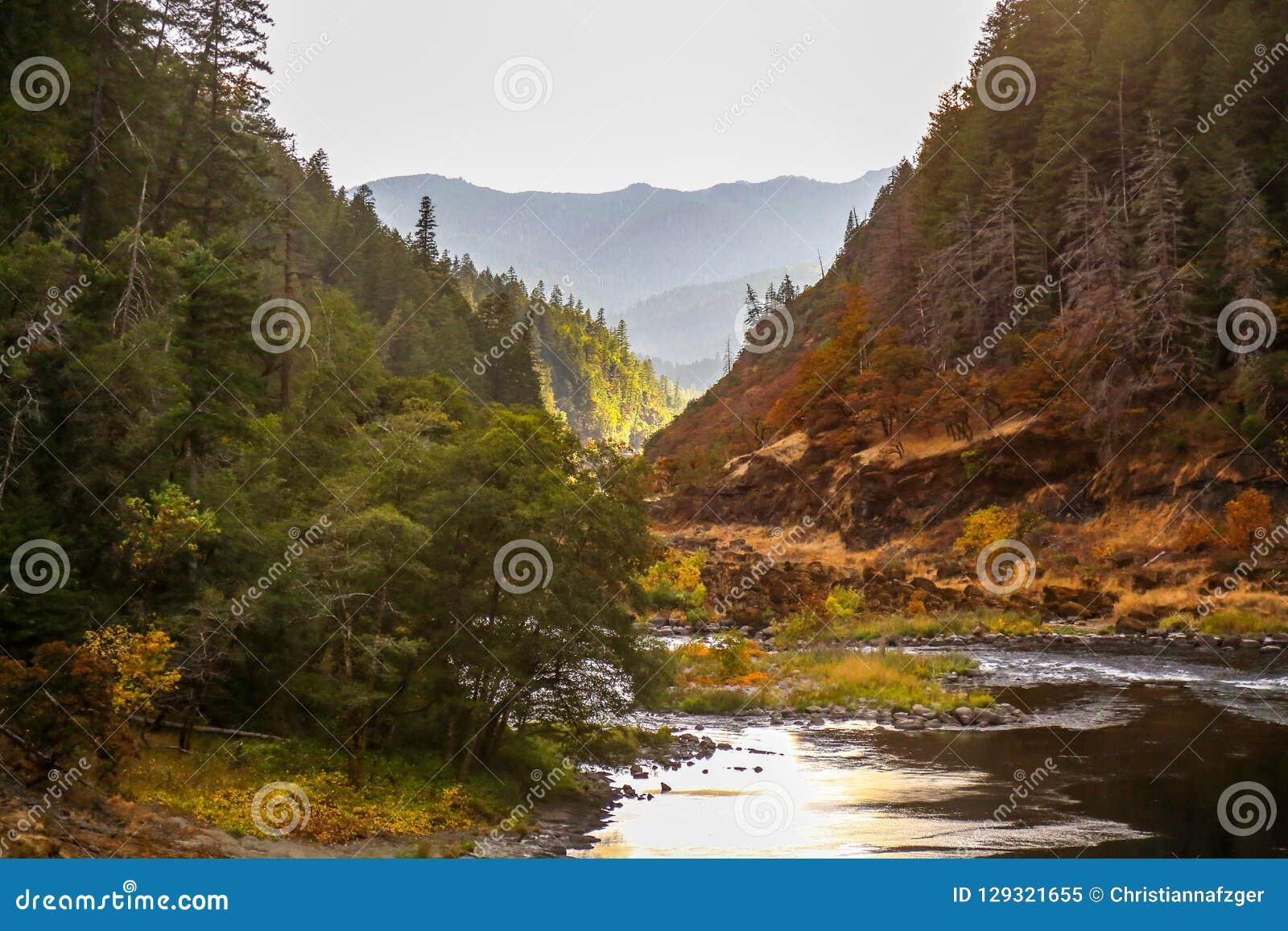 Река румян около холма глины в южном Орегоне