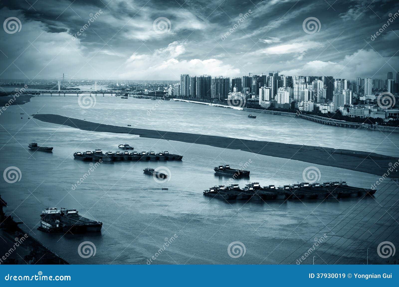 Река рядом с городом