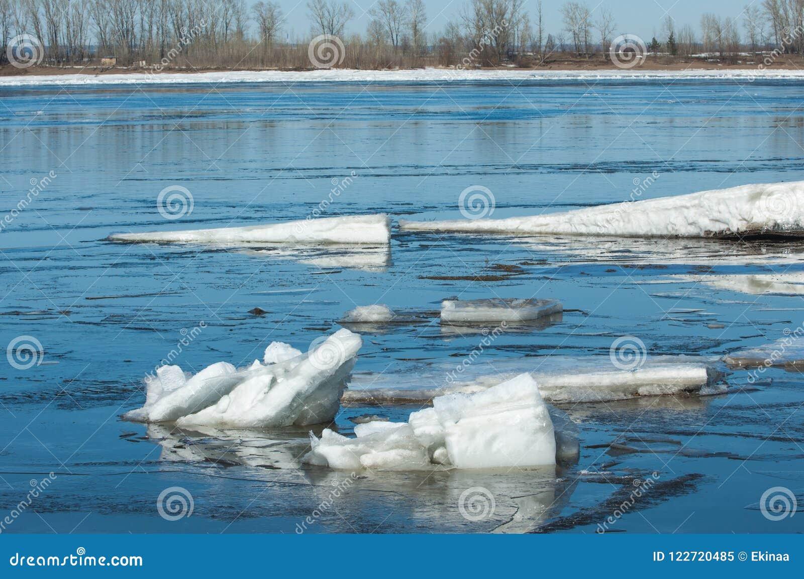Река с сломленным льдом торошения льда на реке весной