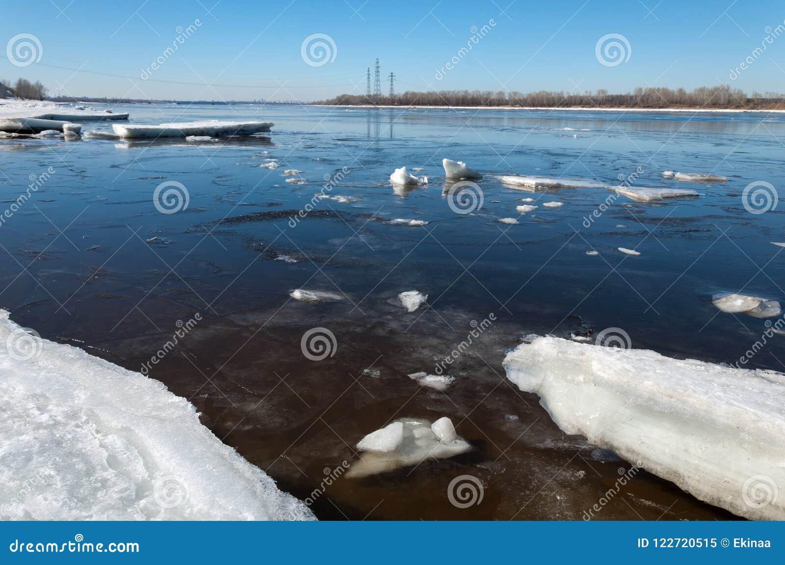 Река с сломленным льдом Штендеры энергии Торошения льда на реке