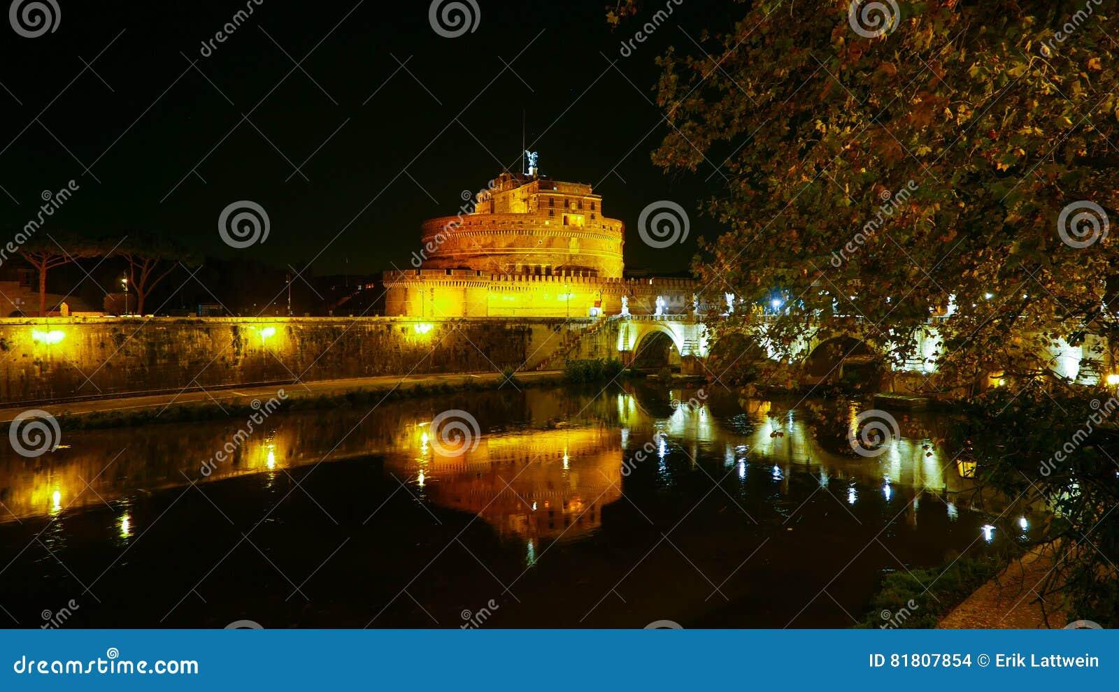 Река Тибр в Риме с Castel Sant Angelo к ноча
