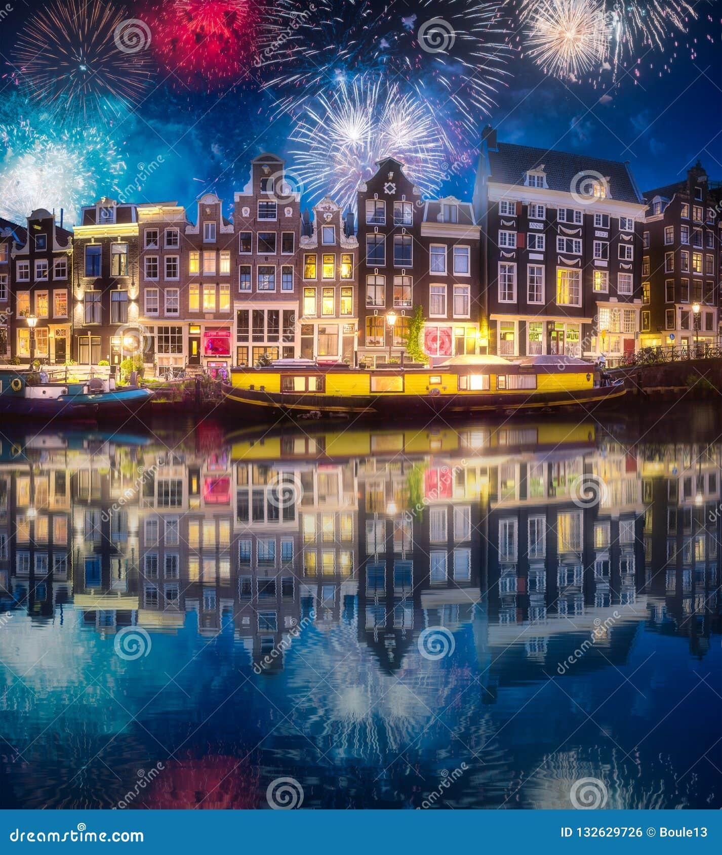 Река, традиционные старые дома и шлюпки, Амстердам
