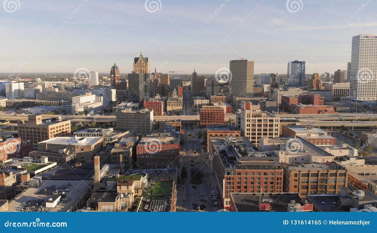Река Milwaukee в центре города, районах гавани Milwaukee, Висконсина, Соединенных Штатов Недвижимость, кондо в центре города вид