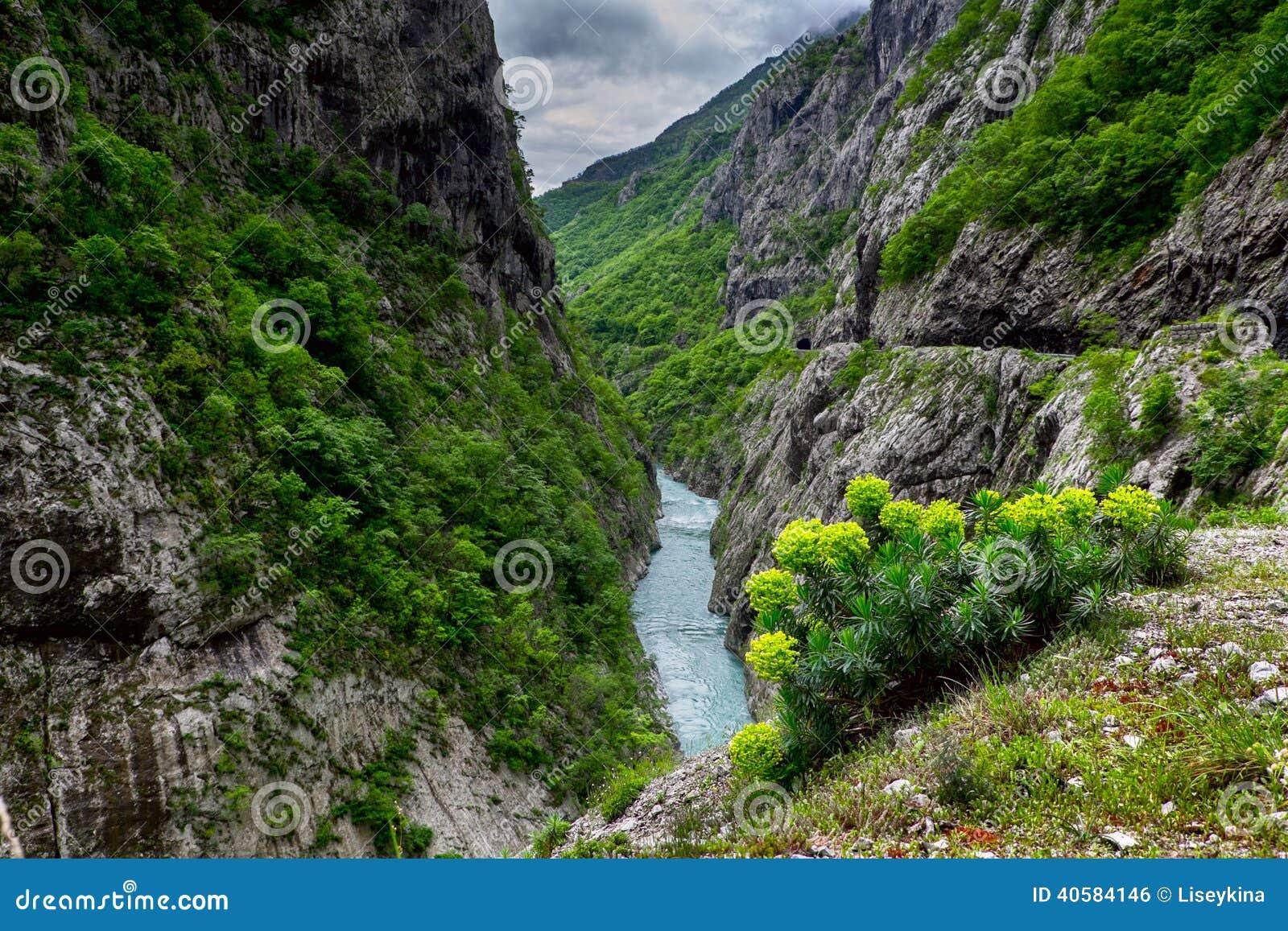 Река Moraca в горах Черногории