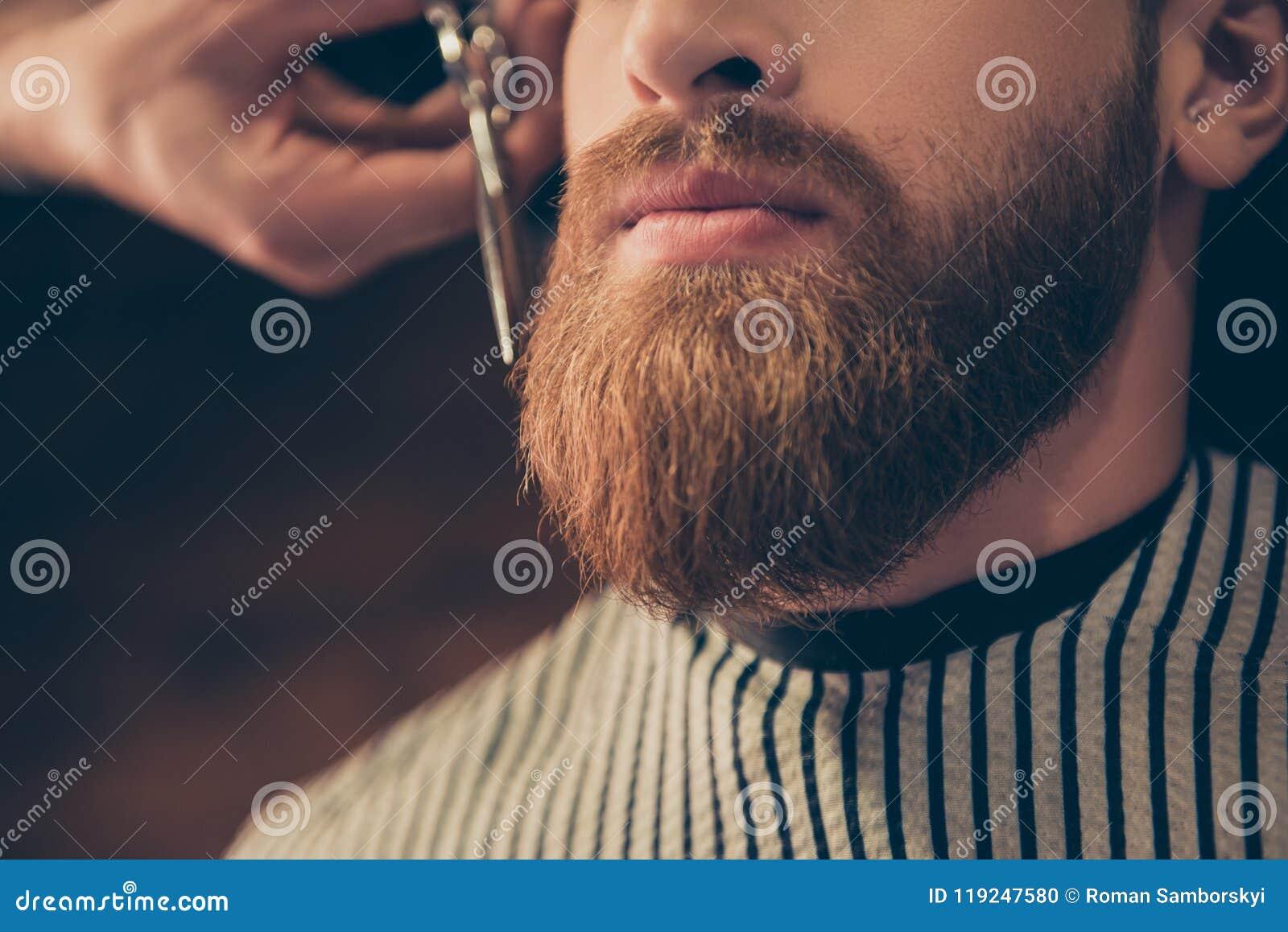 Реклама и концепция парикмахерской Закройте вверх по подрезанному фото a