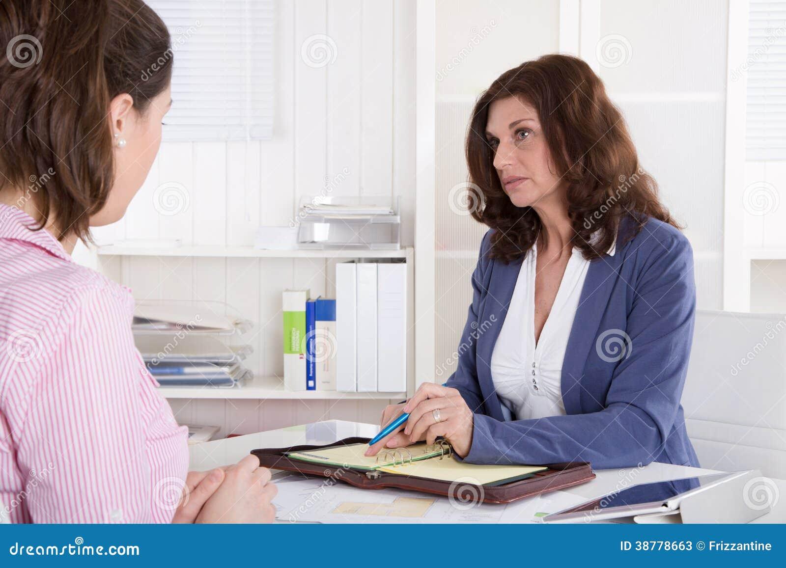 Рекрутство: бизнес-леди 2 сидя в офисе.