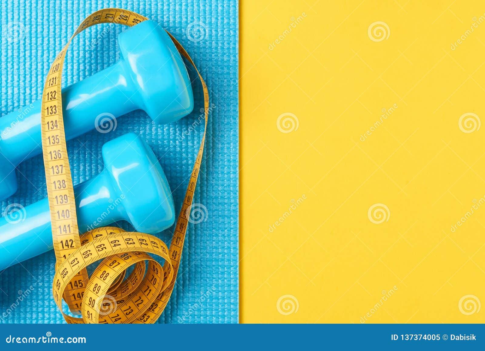 релаксация pilates пригодности принципиальной схемы шарика Гантели и измеряя лента на голубой и желтой предпосылке, положении взг
