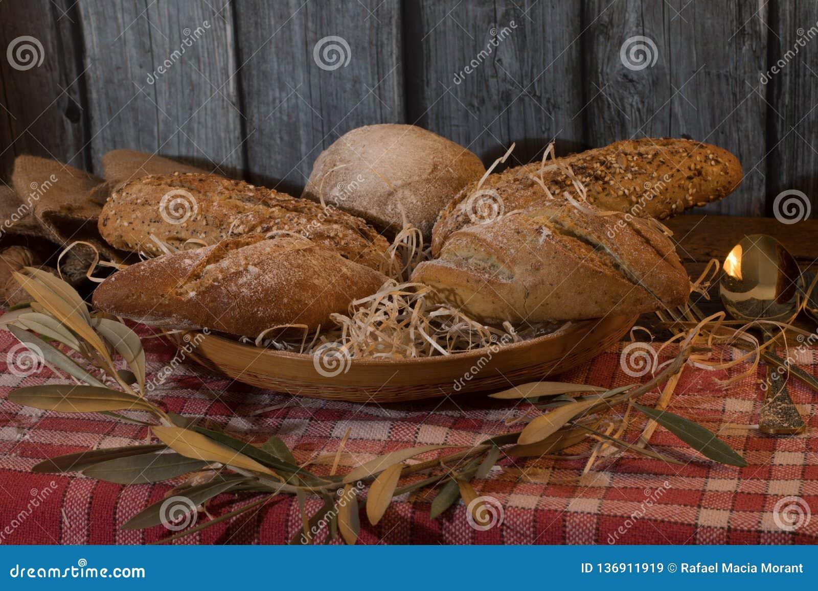 Ремесленник обваливает в сухарях в корзине с деревянной предпосылкой