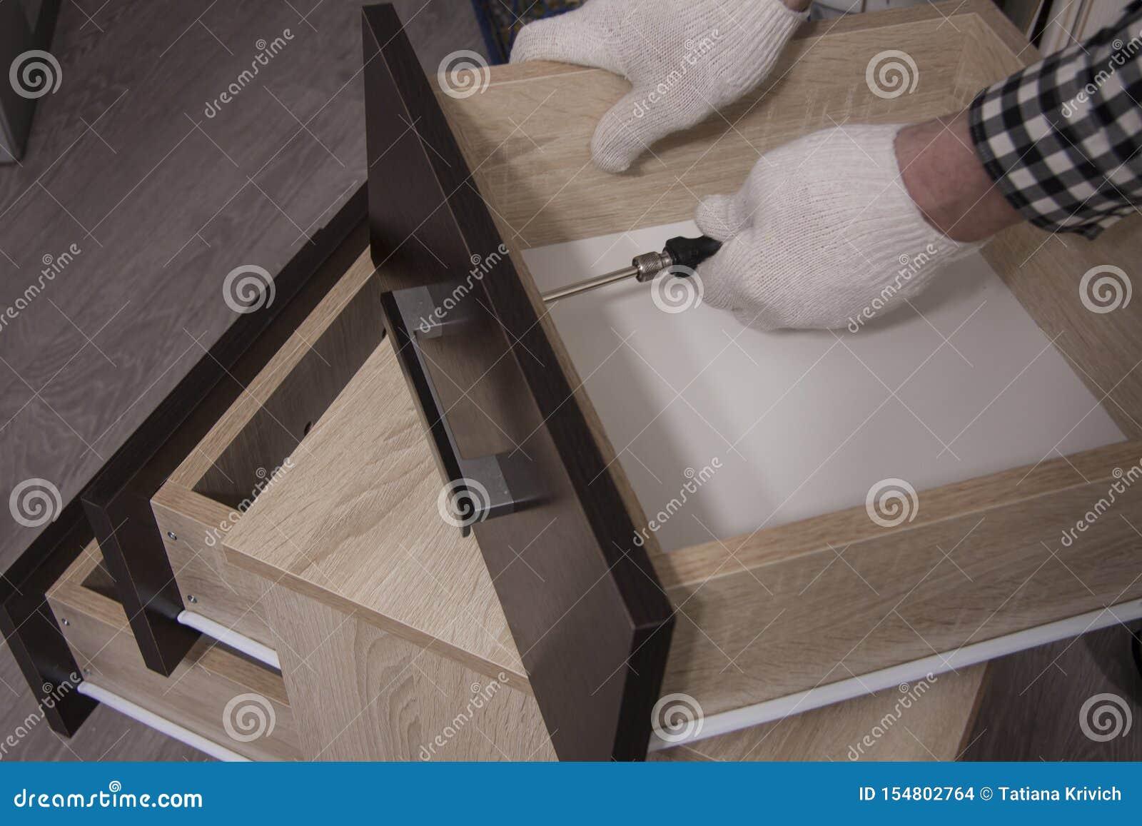 Ремонт и установка мебели в комнате