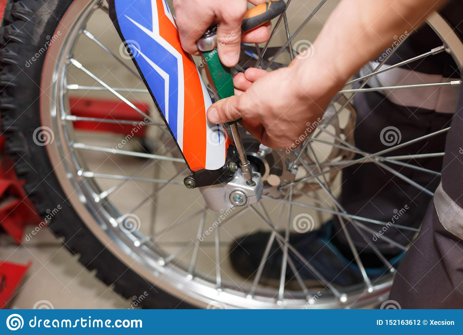 Ремонт колеса мотоцикла после утечек автошины или повреждения диска
