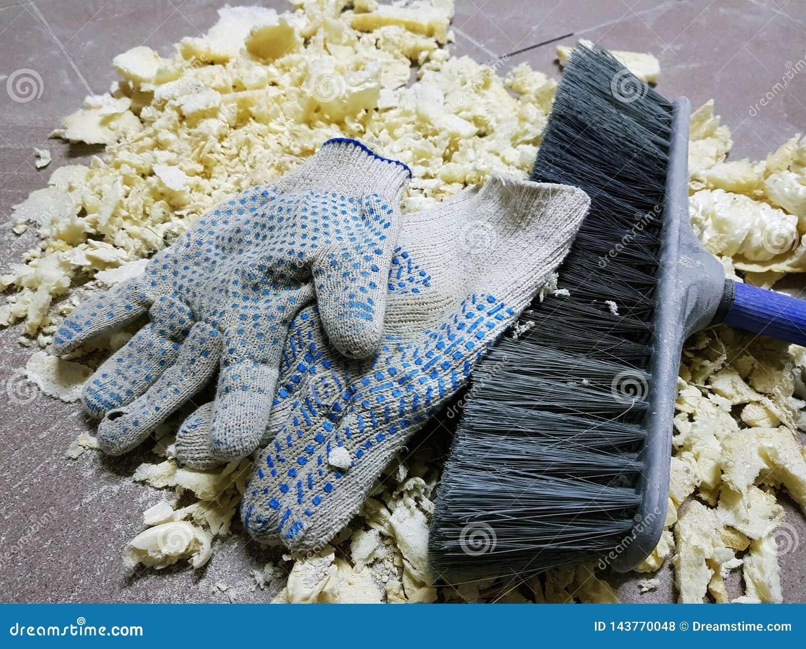 Ремонт - уравновешивать перчатки пены, щетки и конструкции на кафельном поле