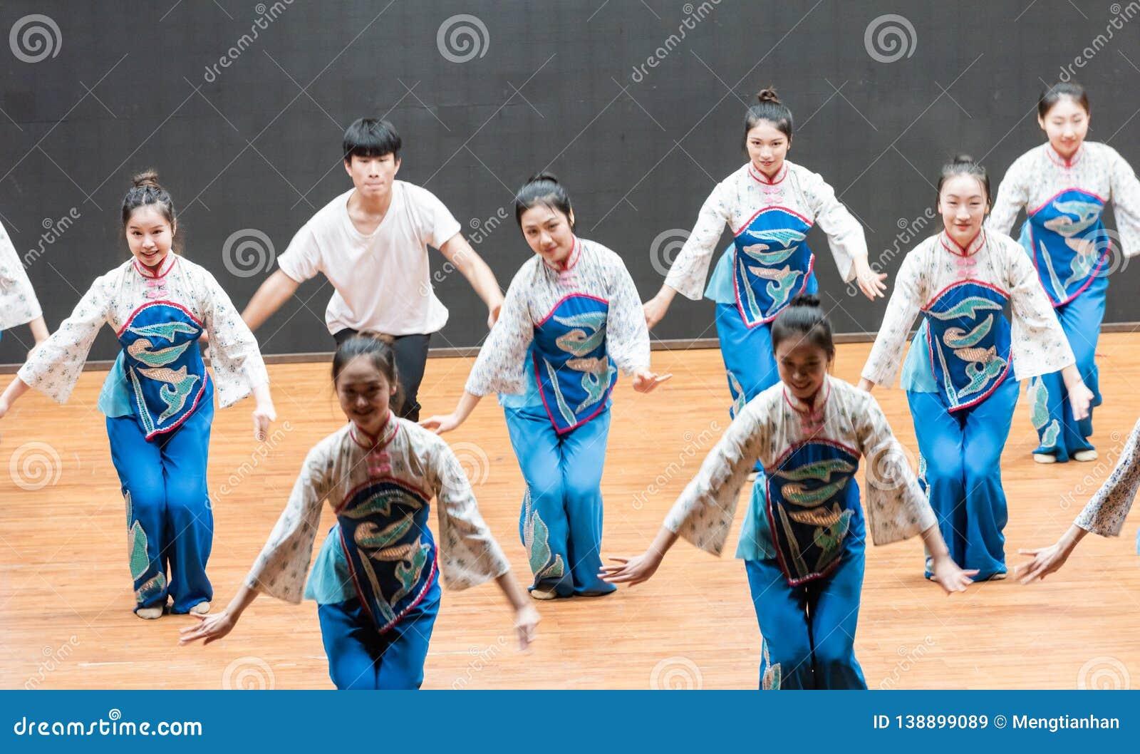 репетиция танца 1-Teaching рудоразборки чая на уровне отдела танца