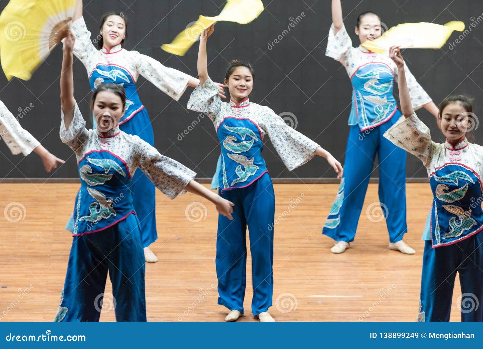 Репетиция танца 4-Teaching рудоразборки чая на уровне отдела танца