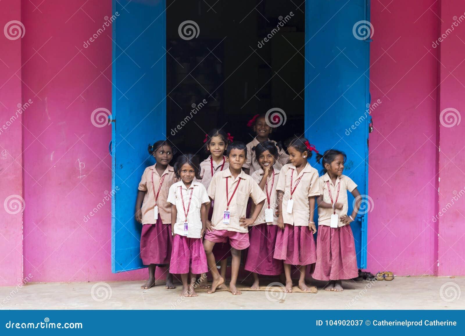 Репортажно-документальное редакционное изображение Ребеята школьного возраста за окном