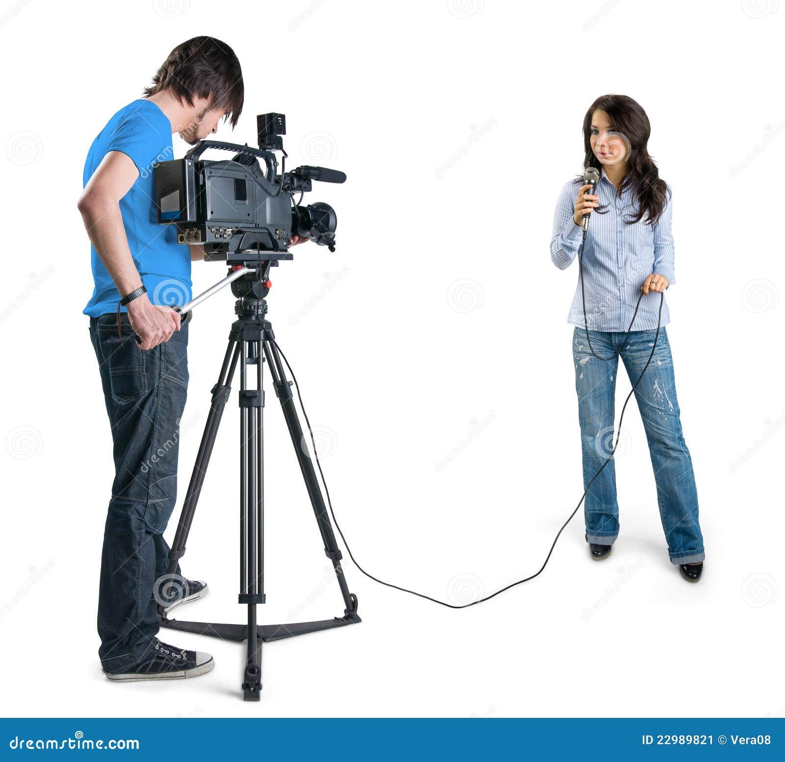 Репортер TV представляя весточку в студии.