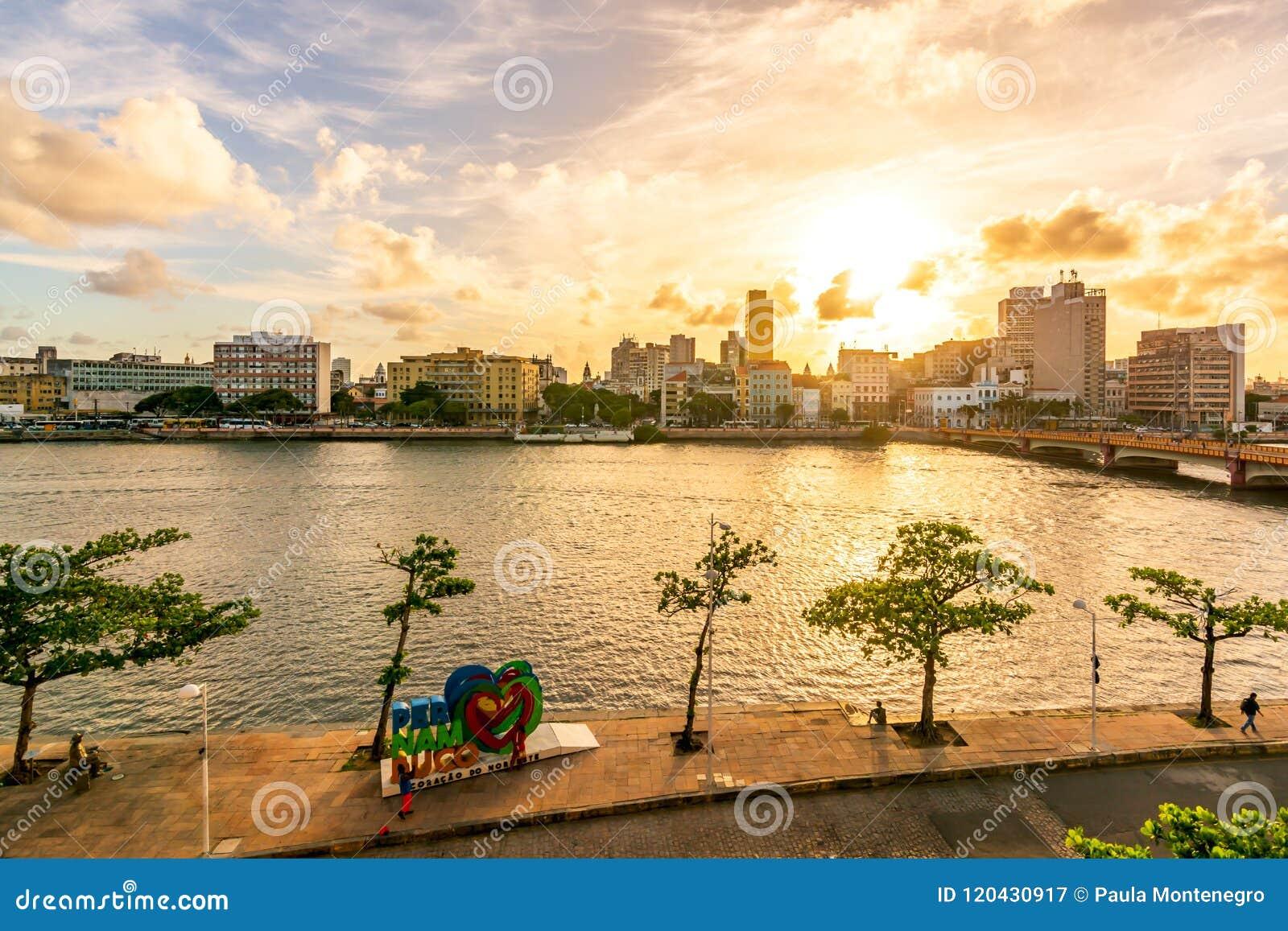 Ресифи, Pernambuco, Бразилия - апрель 2017: Заход солнца на реке Рио Capibaribe Capibaribe, бунде Cais da Alfândega Alfandega
