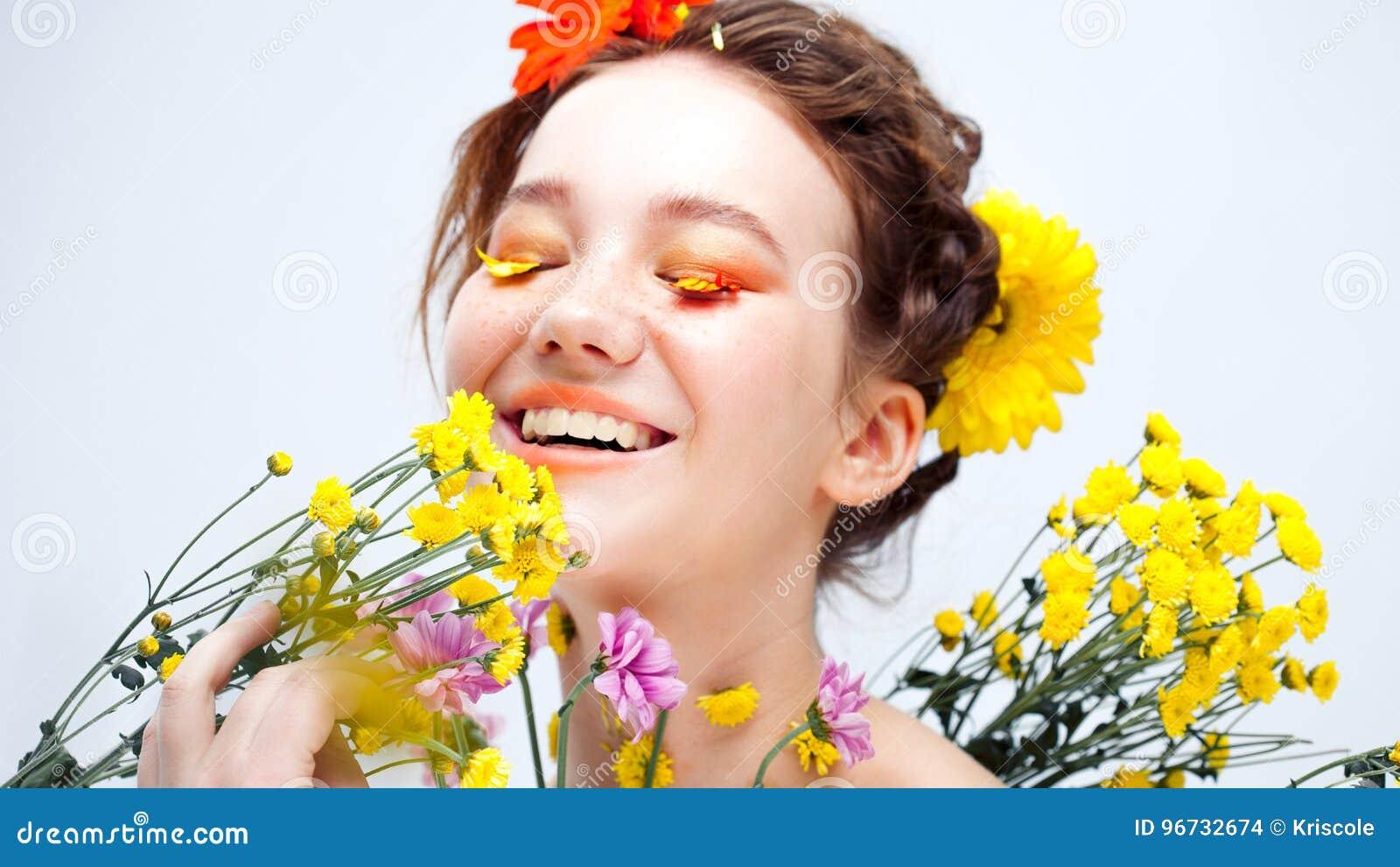 Ресницы любят лепестки цветков Красивая маленькая девочка в изображении флоры, портрета конца-вверх