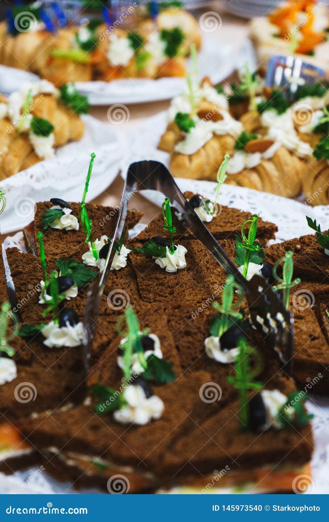 Ресторанное обслуживаниа и закуски на таблице подготовленной для гостей и участников событий